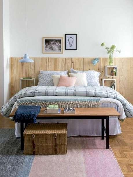 38. Cama de madeira na decoração industrial – Via: Simples Decoração