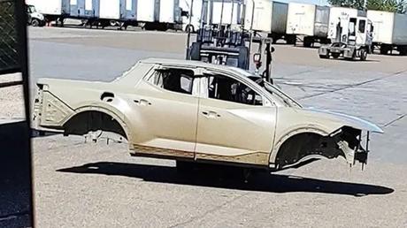 Esta foto incrível vazou na internet e mostra a carroceria monobloco da Santa Cruz sem disfarces dentro da fábrica de Alabama.