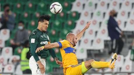O jogador Gustavo Gómez, da SE Palmeiras, disputa bola com o jogador Gonzalez, do CF Tigres UANL, durante partida válida pela semi final, da Copa do Mundo de Clubes da FIFA 2020, no Estádio Education City