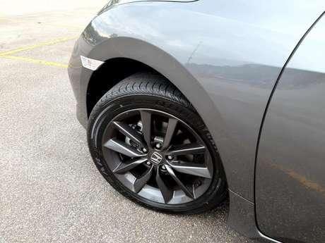Civic EX tem rodas aro 17 com dez raios e pneus largos, medidas 215/50.