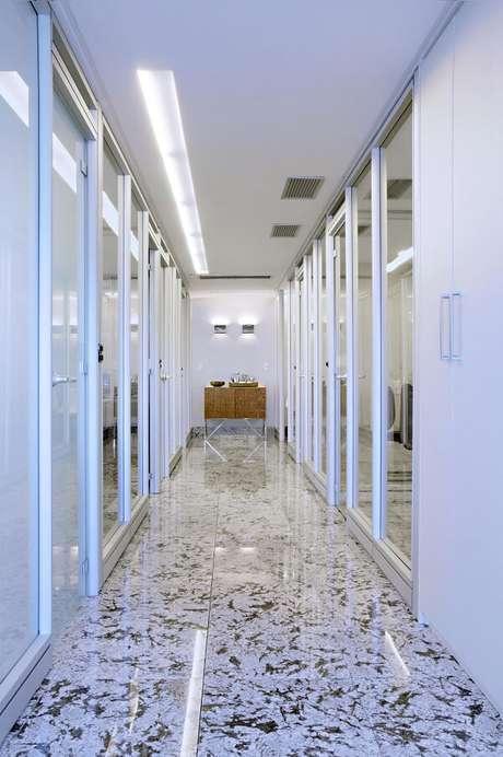 10. A iluminação desse corredor foi projetado a partir de um dos lados do teto. Projeto por Tatiana Coutinho + Roberta Vilela