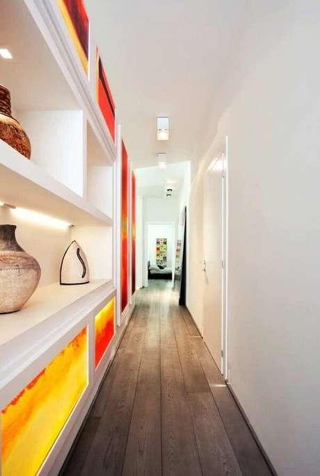 11. A luminária para corredor branca traz neutralidade ao ambiente com portas de armários coloridos e vibrantes. Fonte: Pinterest