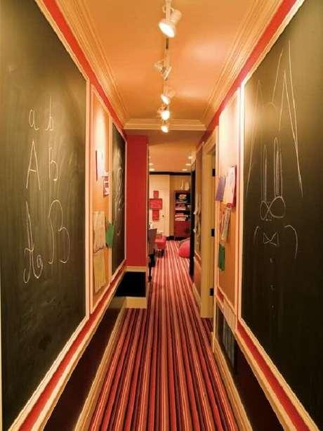 15. A luminária para corredor interno branca percorre toda a extensão do ambiente. Fonte: Pinterest