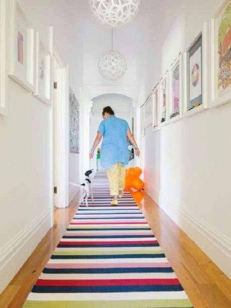 51. A luminária para corredor interno branca se harmoniza com o tapete colorido. Fonte: Pinterest