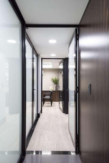 52. A luminária para corredor interno de teto embutido ilumina a área de passagem. Fonte: Oficina 802