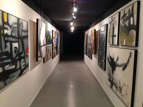 9. A luminária para corredor interno do tipo trilho destaca obras de arte no ambiente. Projeto por Catiucia Fernandes Arquitetura