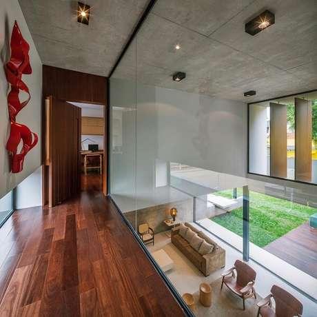 17. A luminária para corredor interno em tom preto se conecta com a decoração do espaço. Fonte: FCstudio