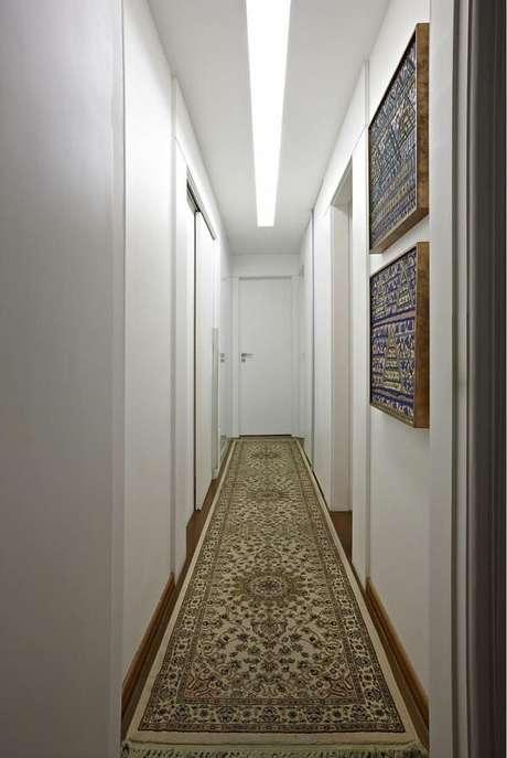 22. A luminária para corredor pequeno embutida forma um recorte no teto do ambiente. Projeto por GIslene Lopes