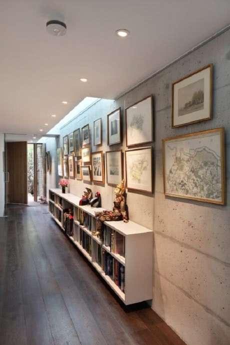 26. Ambiente decorado com prateleira branca fixada a parede e luminária para corredor interno em formato redondo. Fonte: Pinterest