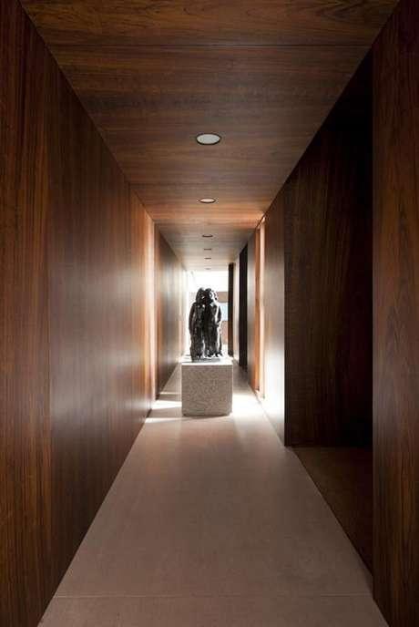 27. Ambiente rústico com luminária para corredor interno embutida. Projeto por Felipe Hess