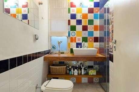 28. Revestimento colorido para banheiro – Via: Pinterest