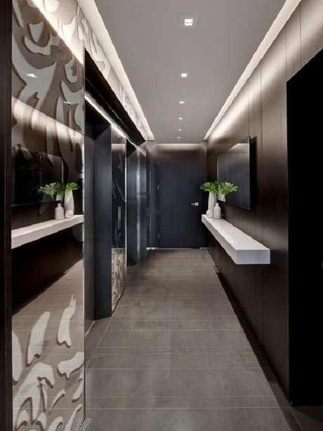 30. Corredor moderno com parede revestida em madeira e luminária de teto de embutir. Fonte: Pinterest