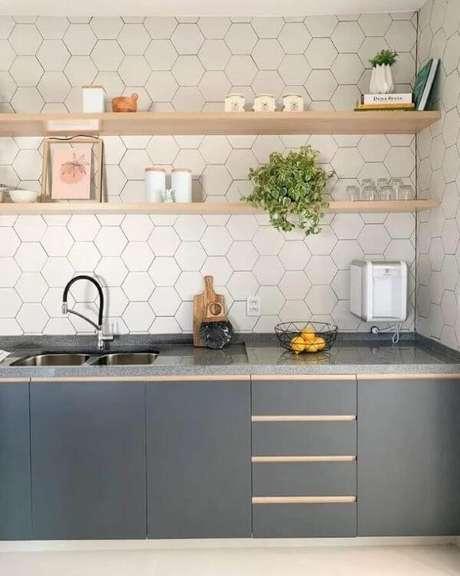 33. Cozinha cinza com revestimento hexagonal branco – Via: Estudio GT Arquitetura