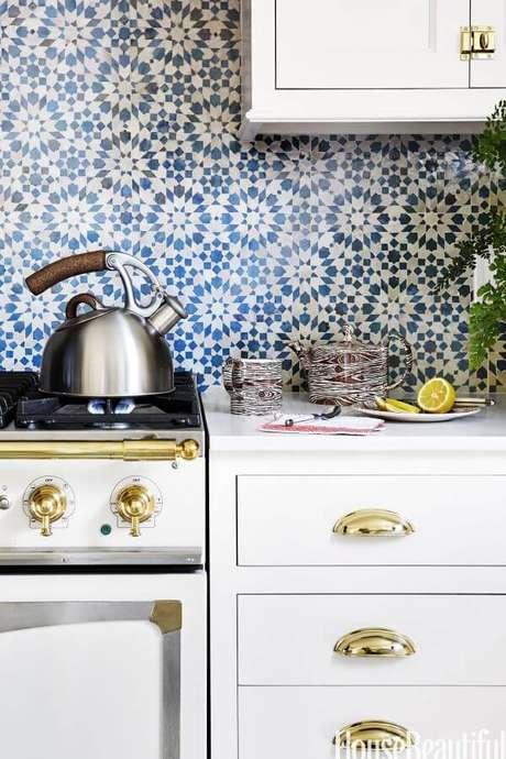 34. Cozinha com revestimento geométrico azul – Via: House Beautiful