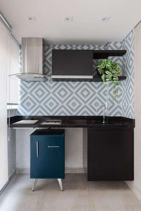 36. Cozinha pequena com revestimento geométrico – Via: Rubia Vieira Interiores