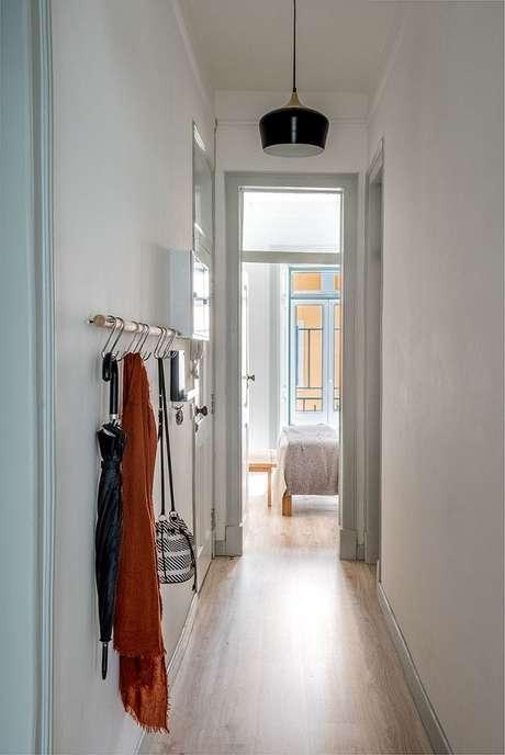50. Decoração clean com luminária pendente para corredor. Fonte: Pinterest