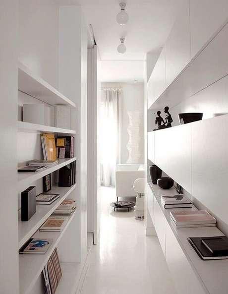 31. Decoração clean com móveis e luminária para corredor interno branca. Fonte: Pinterest