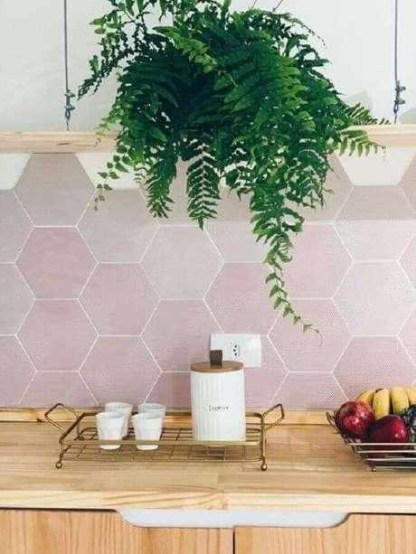 37. Decoração com revestimento hexagonal na cozinha – Via: Apartamento 203
