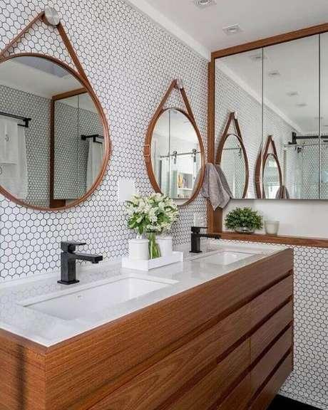 38. Decoração de banheiro planejado com gabinete de madeira – Via: Estudio AE Arquitetura