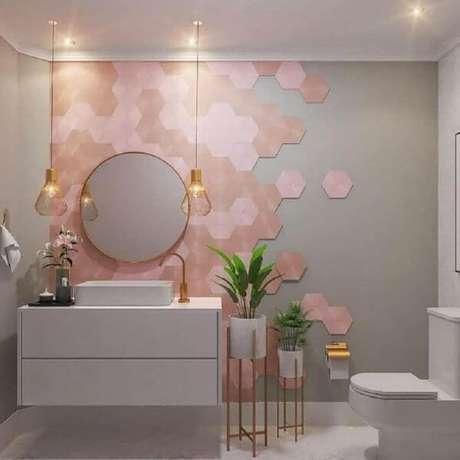 40. Banheiro charmoso com revestimento rosa – Via: Home Fashion Trend