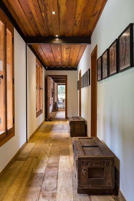 32. Decoração rústica com luminária para corredor interno embutida e discreta. Projeto por RAP Arquitetura e Interiores