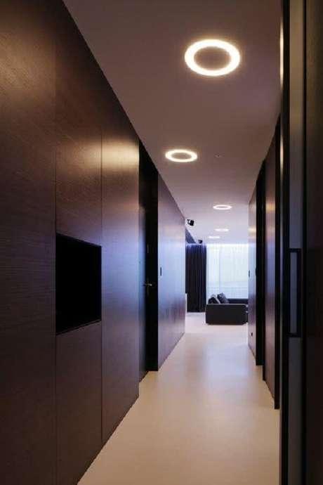 33. Escritório corporativo decorado com painéis de madeira na lateral e luminária para corredor de embutir no teto. Fonte: Pinterest