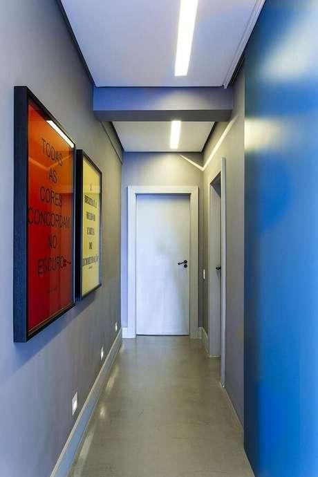 34. Invista em lâmpadas de LED na luminária para corredor interno. Projeto por Triplex Arquitetura