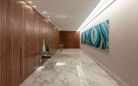 36. Luminária para corredor interno instalada na lateral do teto. Projeto por Marília Veiga Interiores