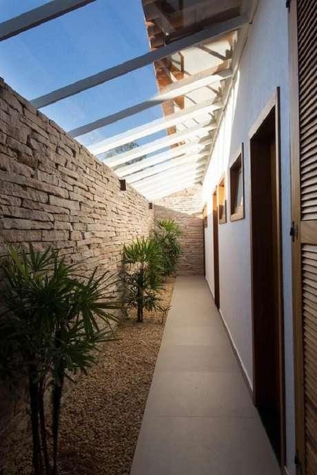 43. Muro de pedra e luminária para corredor externo preta. Projeto por Mutabile Arquitetura