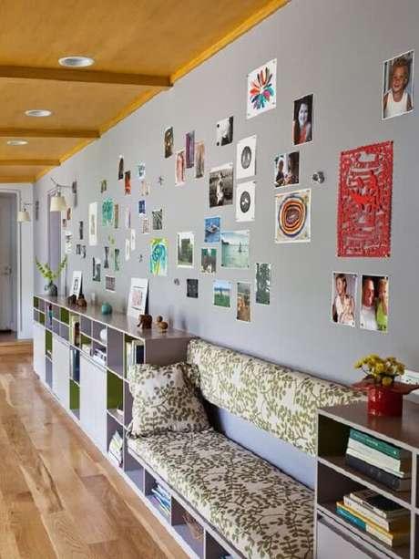 44. No projeto optou-se pelo uso do forro de madeira com luminária para corredor interno embutida com luz branca. Fonte: Pinterest