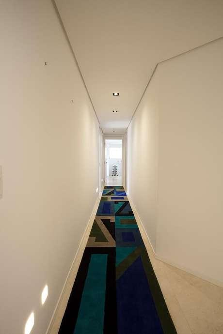 2. Passadeira estampada e luminária para corredor pequeno embutida. Projeto por Antônio Ferreira Junior e Mário Celso Bernardes