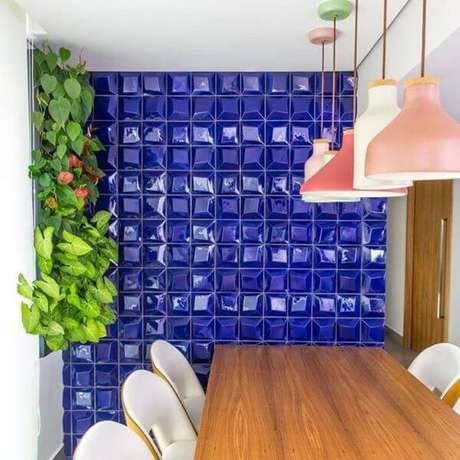 42. Revestimento geométrico azul para sala de jantar – Via: Pinterest