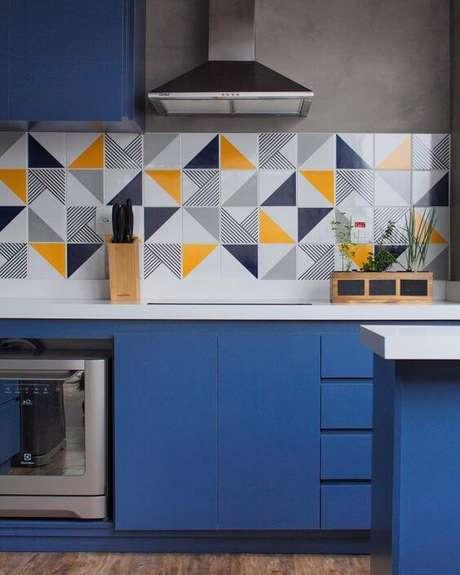 46. Cozinha azul com revestimento de triângulos amarelos – Via: Pinterest