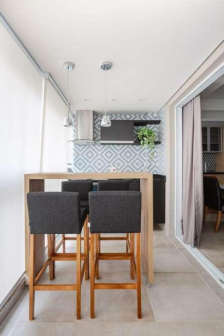 47. Área gourmet azul com revestimento geométrico – Via: Rubiam Vieiira Interiores