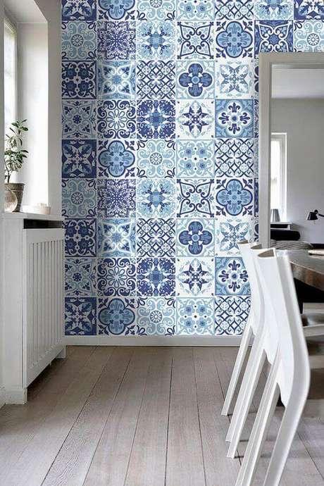 48. Revestimento azul e branco para cozinha moderna – Via: Pinterest