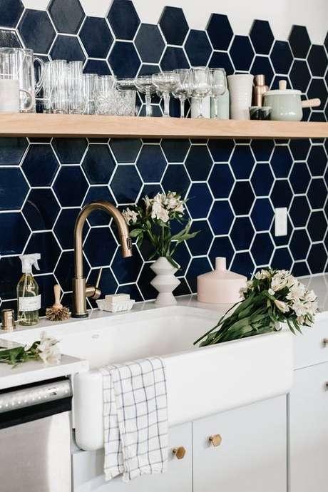 50. Cozinha com revestimento azul marinho hexagonal – Via: Fireclay Tile