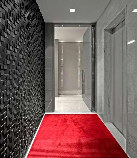 48. Revestimento de parede 3D preto e luminária para corredor interno decoram o ambiente. Projeto por Graziella Nicolai