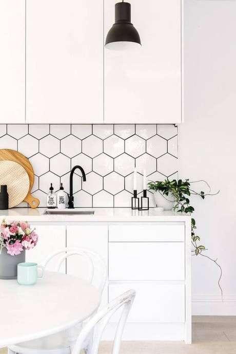 13. Revestimento geométrico preto e branco na cozinha – Via: Decostore