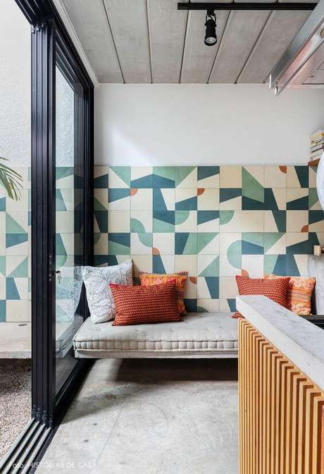 22. Revestimento geométrico para sala moderna – Via: Histórias de Casa
