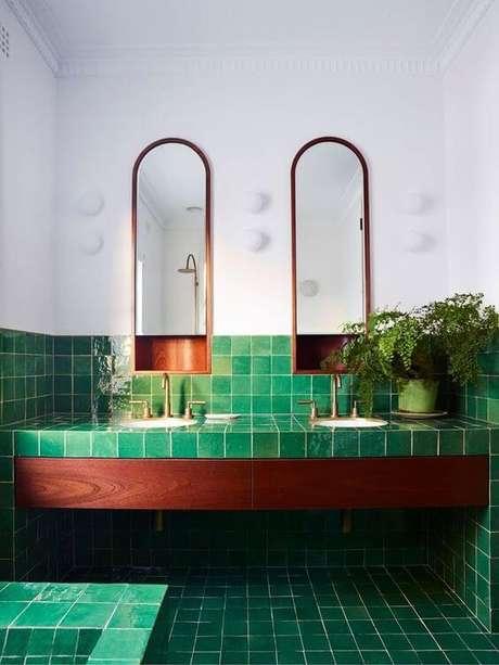 6. Banheiro com revestimento geométrico verde – Via: Casa Vogue