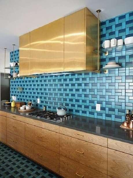 25. Cozinha com revestimento para parede em tons de azul – Via: Revista VD