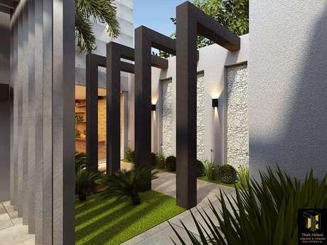49. Vegetação natural verde e luminária de parede para corredor externo. Projeto por Thaís Helena Arquitetura