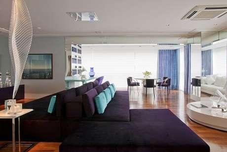 9. A decoração com sofá roxo precisa ser pensada com cuidado para que a peça não sufoque o ambiente. Projeto por Brunete Fraccaroli