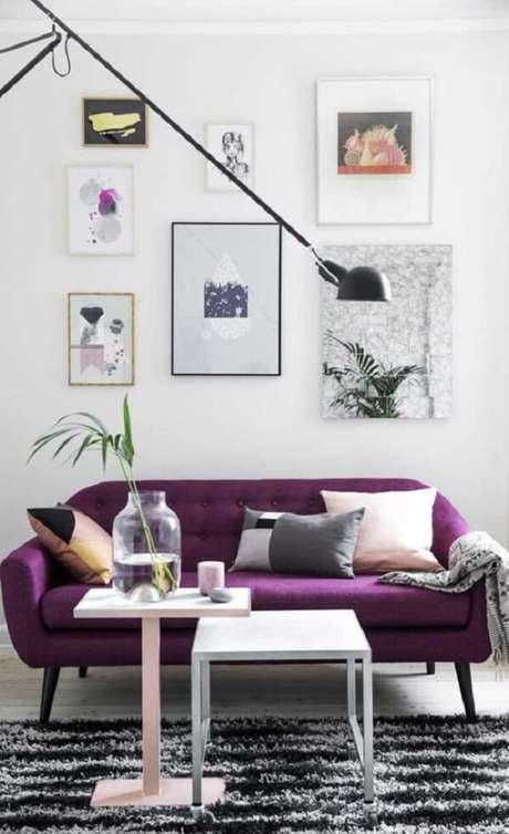 11. A manta para sofá roxo em tom de cinza se harmoniza com a decoração. Fonte: Pinterest