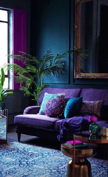 13. A parede azul combinou perfeitamente com o sofá roxo da sala. Fonte: Pinterest
