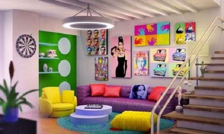 14. Ambiente colorido com quadros divertidos, poltrona amarela e sofá roxo. Fonte: Pinterest