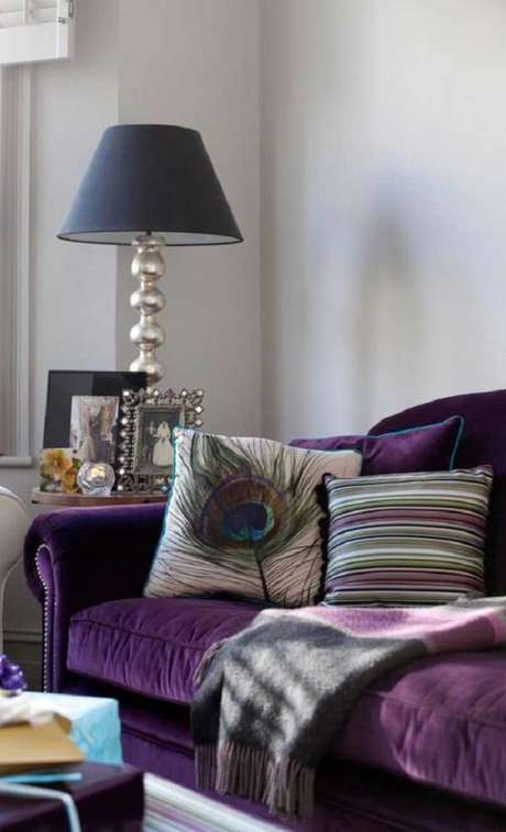 17. Combine seu sofá roxo com peças clássicas. Fonte: Pinterest