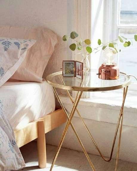 3. Decoração com mesa de canto de vidro para quarto – Foto: Pinterest