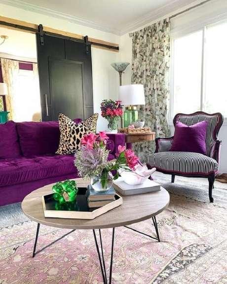19. Decoração com sofá roxo e almofadas estampadas. Fonte: Pinterest