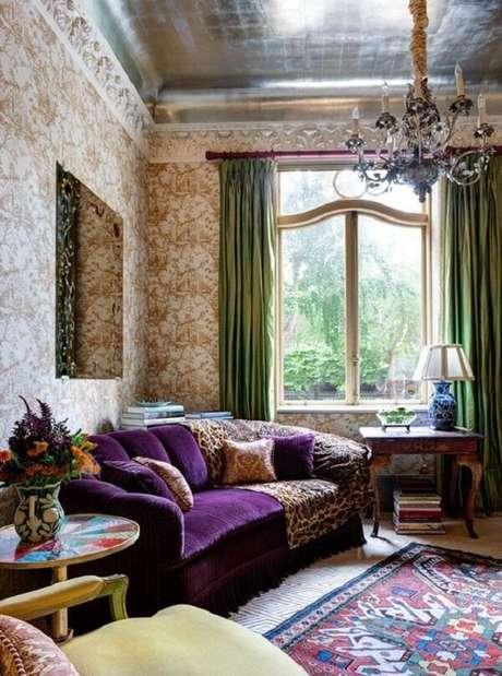 20. Decoração com sofá roxo e tapete estampado. Fonte: Casa Vogue